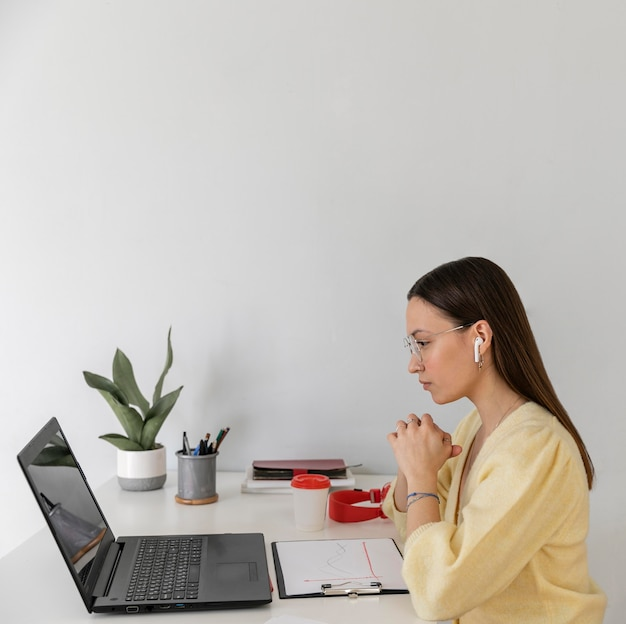Visioconférence femme plan moyen