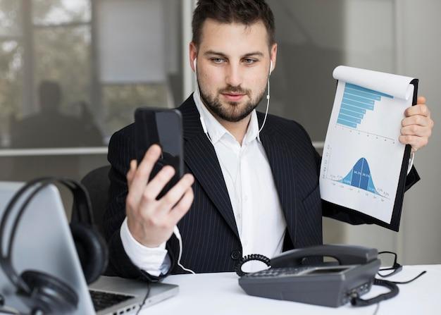 Visioconférence d'homme d'affaires