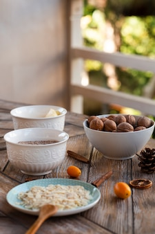 Vision défocalisée des ingrédients du gâteau aux noix