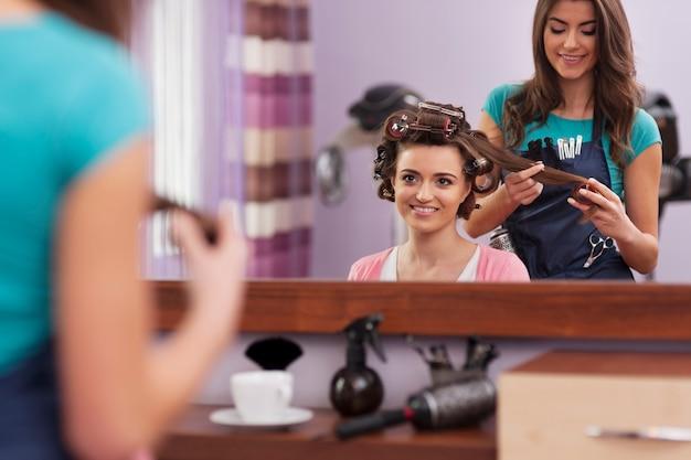 Visite au salon de coiffure convivial