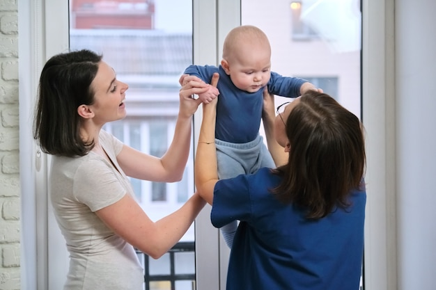Visite chez le médecin pédiatre, mère avec bébé fils de sept mois discutant avec le médecin. examen de l'enfant, de la santé et de la garde d'enfants jusqu'à un an