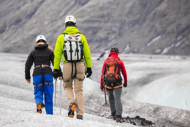 Visite de groupe, glacier marchant sur le glacier