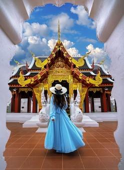 Visite touristique au wat khua khrae à chiang rai, thaïlande