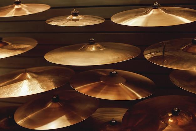 Visiter le magasin d'instruments de musique différents types de cymbales de batterie pour votre musique de batterie idéale