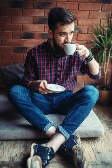 Un visiteur masculin assis dans un café
