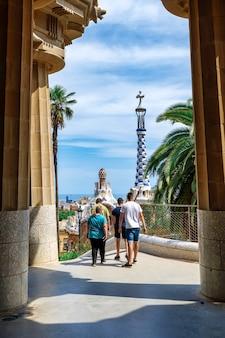 Visiteurs à pied dans la cour intérieure du parc guel à barcelone, espagne