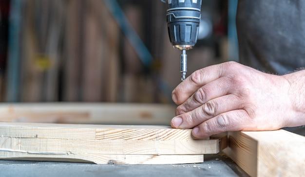 Vissage de meuleuses en bois avec un tournevis électrique sans fil