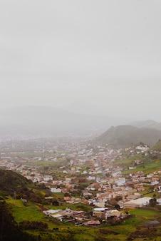 Vista de anaga à tenerife con niebla