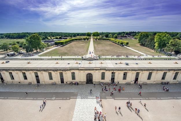 Vistas desde el castillo de chambord, desde donde se ve los turistas que visitan y parte de los jardines