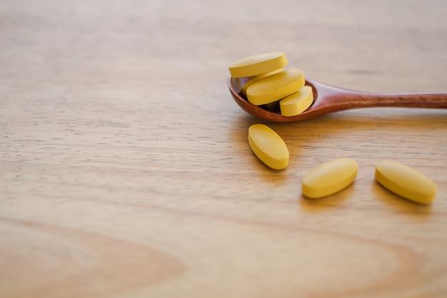 Vitamine C Sur Cuillère En Bois Avec Table En Bois Photo Premium