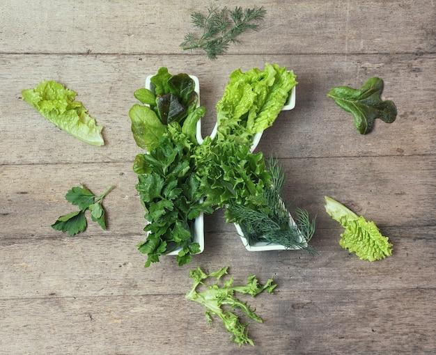 Vitamine k dans le concept alimentaire. assiette en forme de lettre k avec différents légumes verts à feuilles fraîches