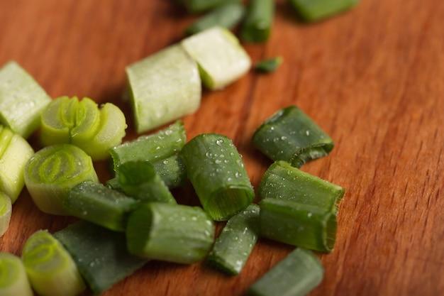 Vitamine d'oignon vert. les oignons de printemps sont une source de vitamine c. oignons verts finement hachés pour la salade