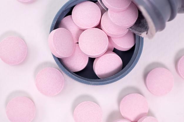 Vitamines sur fond blanc