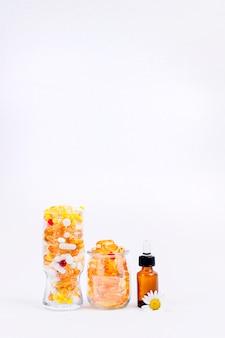 Vitamines et minéraux en capsules et gouttes. graisse de poisson. santé et compléments alimentaires.