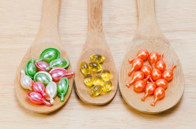 Des vitamines naturelles pour une bonne santé dans une cuillère en bois