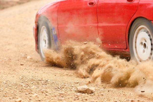 Vitesse de voiture de rallye en chemin de terre