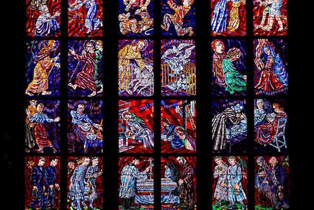 Vitrail conçu par alfons mucha dans la cathédrale saint-guy de prague, république tchèque