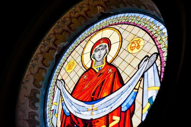 Vitrail dans l'église avec l'image de marie