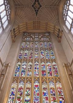 Vitrail dans une église de la ville de bath au royaume-uni angleterre