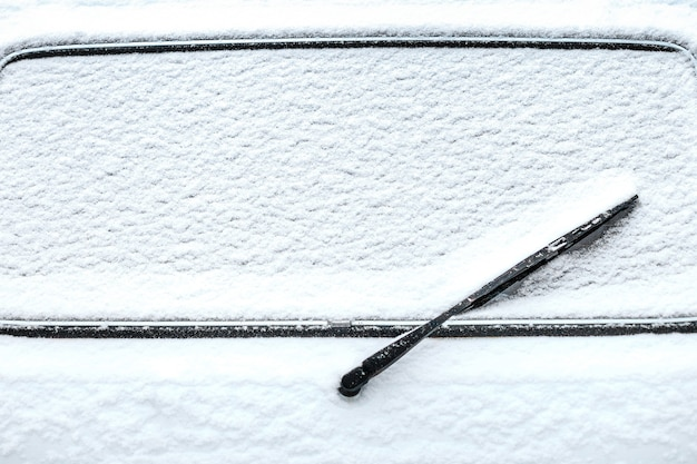 Vitre arrière de voiture avec essuie-glace dans la neige