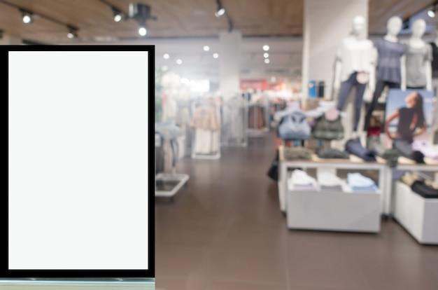 Vitrine d'affichage vierge ou boîte à lumière publicitaire image floue populaire femmes mode vêtements boutique vitrine dans un centre commercial