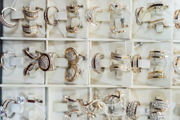 Vitrine en bijouterie avec bijoux en or