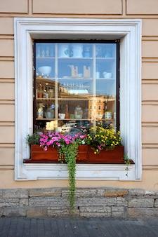 Vitrine colorée avec des fleurs et du lierre vert