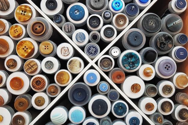 Vitrine avec des échantillons de différents boutons
