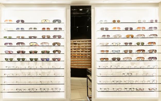 Vitrine avec des lunettes élégantes. soins de santé, mode et beauté. vue de face.