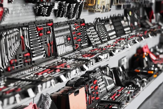 Vitrine d'outils de réparation en boutique