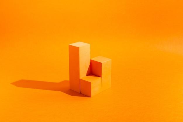 Vitrine pour cosmétique avec une forte lumière sur fond orange avec espace de copie