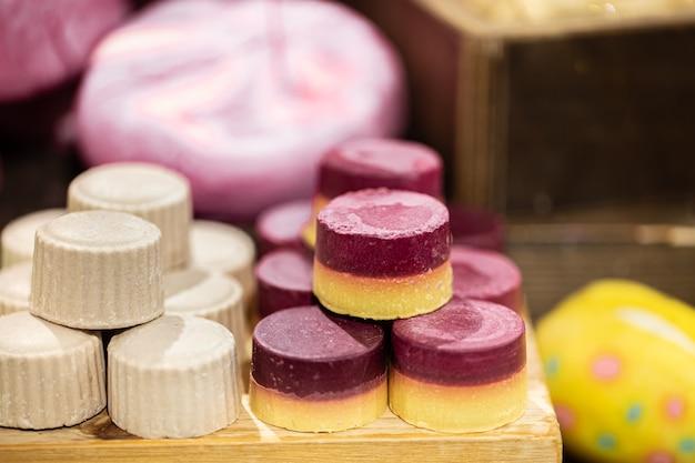 Vitrine avec des produits cosmétiques bio faits à la main. concept de soins du corps et de soins de spa.