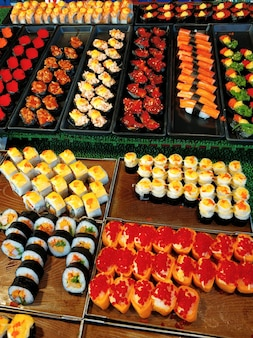 Vitrine de sushi au marché alimentaire de nuit en thaïlande.