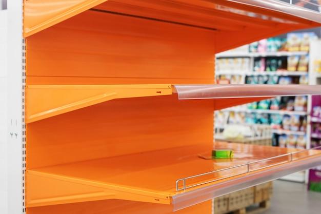 Une vitrine vide dans un supermarché