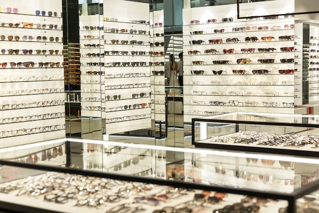 Vitrines avec une variété de verres dans un grand magasin d'optique. mode et médecine.