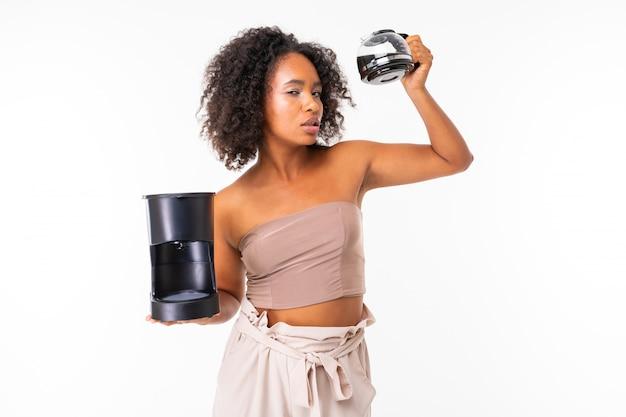 Vive femme africaine en vêtements d'été avec cafetière, photo isolé sur fond blanc