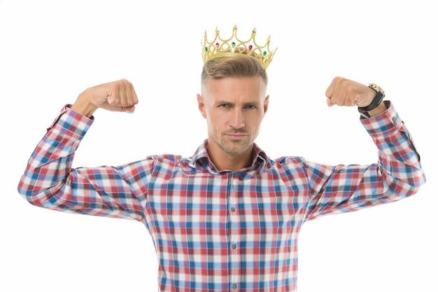 Vivez plus grand. bras flexibles big boss. l'homme fort porte une couronne. grand patron isolé sur blanc. le grand patron montre de la puissance et de la force. ambitieux et réussi. puissant et influent. je suis le grand patron ici.