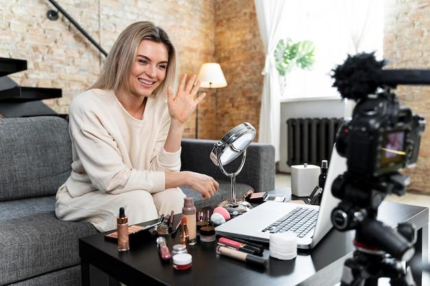 Vlogger de beauté faisant une vidéo à la maison
