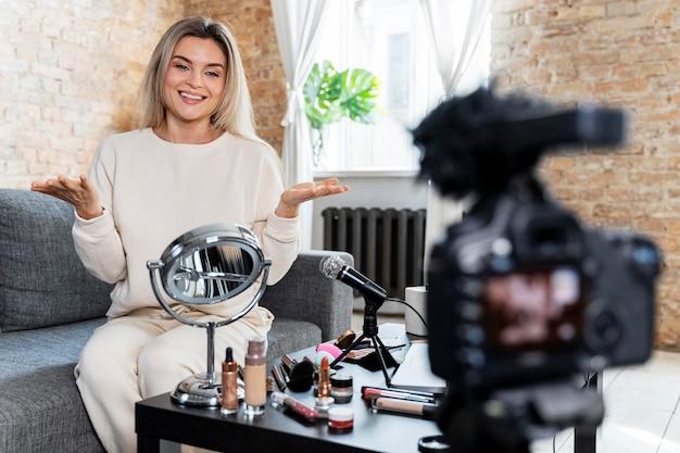 Vlogger de beauté faisant une vidéo