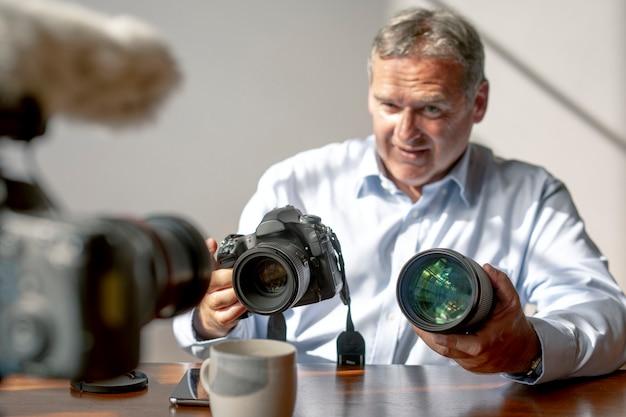 Vlogger masculin filmant un tutoriel