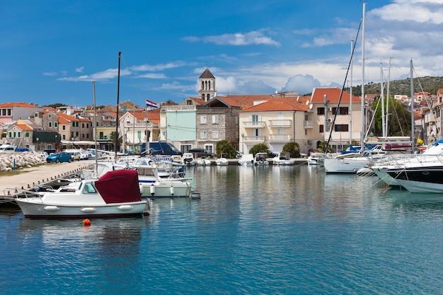 Vodice Est Une Petite Ville Historique Sur La Côte Adriatique En Croatie Photo Premium