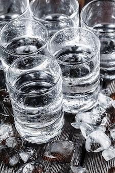 Vodka dans des verres à liqueur