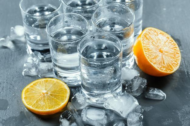 Vodka froide dans des verres à liqueur