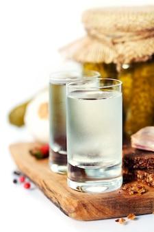 Vodka russe avec pain noir traditionnel et cornichons