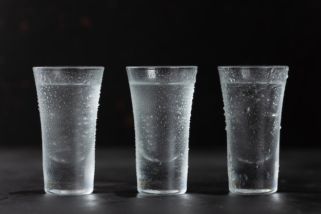 Vodka, tequila, rhum en gros plan de verres