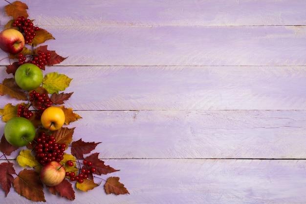 Voeux d'automne avec pommes, viorne et feuilles rouges, espace copie