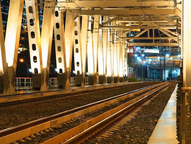 Voie de chemin de fer diagonale pendant le fond de nuit