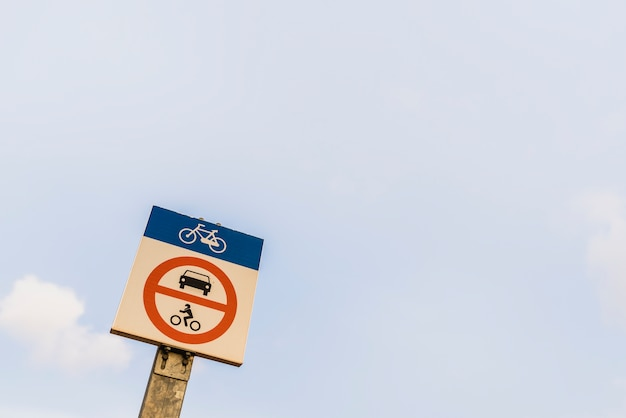 Voie cyclable, voitures interdites
