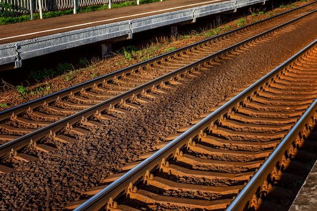 Voie ferrée. rails et traverses métalliques. fermer. voyage et tourisme. mur. espace pour le texte.