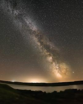 La voie lactée au-dessus du lac diefenbaker au sask landing en saskatchewan, canada